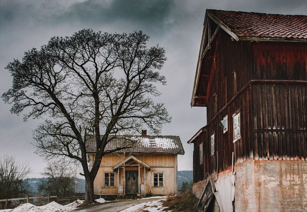 """""""Kar, terk edilen bu iki evi himayesi altına almış."""""""