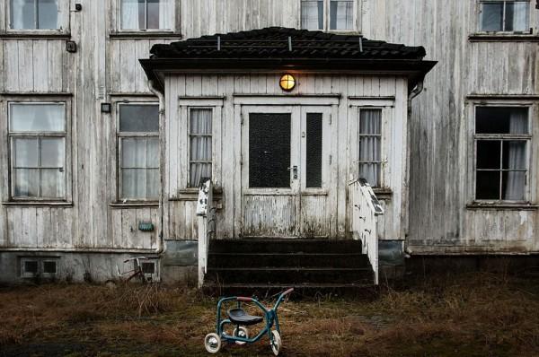 """""""Avlunun ışığı hala yanıyor ve çocukların üç tekerlekli bisikleti dışarıda duruyor. Oturan kişi hızlıca çekip gitmiş gibi duruyor."""""""