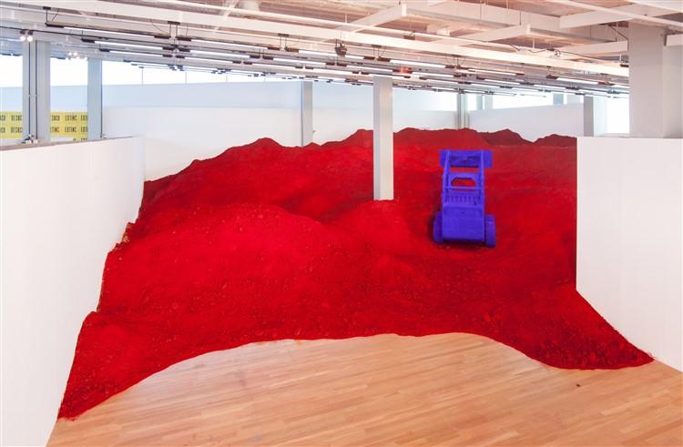 Anish Kapoor pigmentlerin gücünü toprakla sunuyor