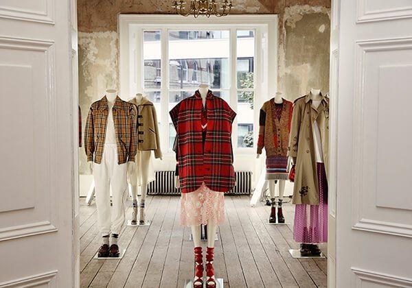Burberry, modayı görkemli Viktorya mimarisiyle birleştiriyor